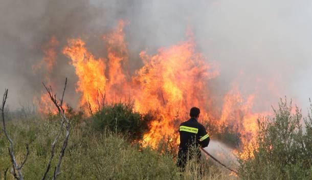 Πυρκαγιά σε δύο σημεία στο Ξηρόμερο – Κινδυνεύουν σπίτια