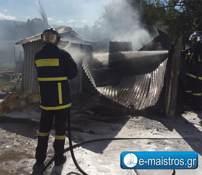 Φωτιά σε αποθήκη στο Λουτρό – Κίνδυνους έκρηξης από φιάλη υγραερίου