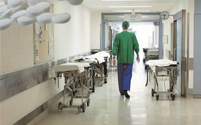 Χειροπέδες σε γιατρό που πήρε τρία «φακελάκια» από καρκινοπαθή