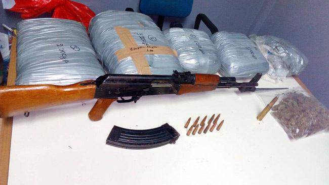 Συνελήφθησαν δύο άτομα στα Γιάννενα για κατοχή ναρκωτικών και Kalasnikov