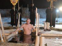 Ο Πούτιν βούτηξε σε παγωμένη λίμνη βόρεια της Μόσχας για τα Θεοφάνεια.