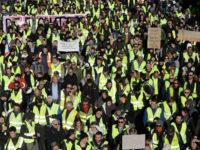 Τα «κίτρινα γιλέκα» πυρπολούν διόδια – Χάος στους γαλλικούς αυτοκινητοδρόμους