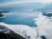 Η χιονισμένη λίμνη Πλαστήρα από ψηλά