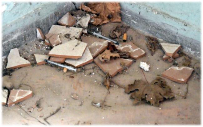 Στέκι τοξικομανών τα κτίρια γύρω από την ενορία της Αγ. Παρασκευής Αμφιλοχίας