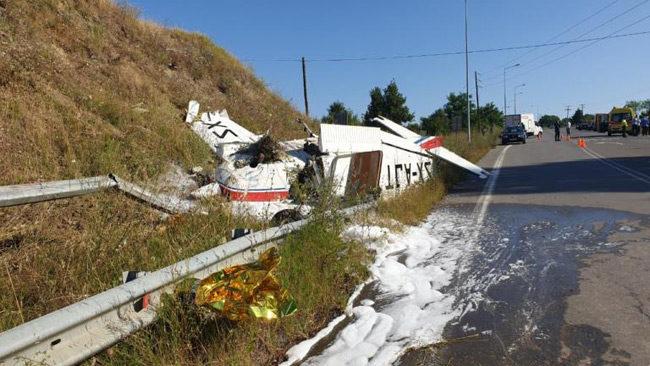 Γρεβενά: Εικόνες σοκ από τη «βαριά» προσγείωση μονοκινητήριου αεροπλάνου