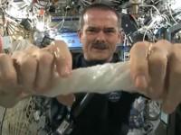 Δείτε τι θα γίνει όταν στύψεις μια βρεγμένη πετσέτα στο διάστημα!
