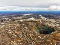Μίρνι: μια πόλη χτισμένη στο χείλος μιας αχανούς τρύπας στη Σιβηρία
