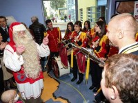 Τα πιο χαρούμενα χριστουγεννιάτικα τραγούδια από τη Φιλαρμονική στην Ογκολογική Μονάδα Παίδων «Μαριάννα Β. Βαρδινογιάννη-ΕΛΠΙΔΑ»