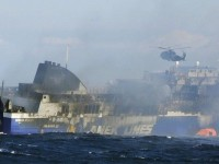 Έφτασε στο Μπρίντιζι το Norman Atlantic. Καίει ακόμα η φωτιά στο πλοίο. Δύο ακόμα πτώματα εντοπίστηκαν στη θάλασσα