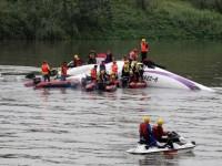 Αεροπορική τραγωδία στην Ταϊβάν. Αεροσκάφος συνετρίβη σε γέφυρα και έπεσε σε ποτάμι