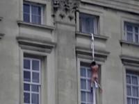 Σάλος στη Βρετανία με τον γυμνό που πηδά από παράθυρο στο παλάτι του Μπάκιγχαμ!