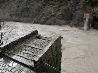 Ο γεροπλάτανος γκρέμισε το γεφύρι στην Πλάκα