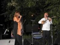 Συναυλία με τον Θανάση Πολυκανδριώτη και τη Λένα Αλκαίου απόψε στην πλατεία Σκουφά