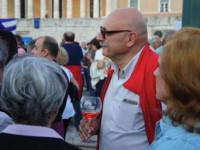 Αποκαλύφθηκε η ταυτότητα του διαδηλωτή με το κολωνάτο ποτήρι