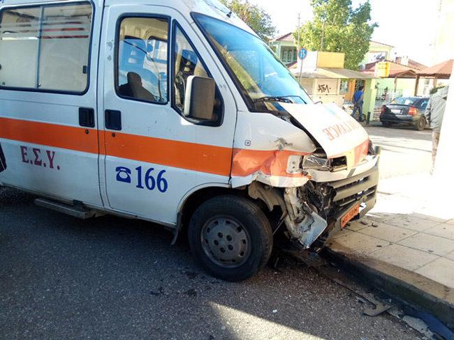 Ασθενοφόρο τράκαρε με Ι.Χ. στο Αγρίνιο στο Νοσοκομείο ο οδηγός