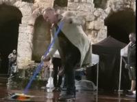 Ο Sting σκουπίζει τα νερά πάνω από τη σκηνή στο Ηρώδειο και ο κόσμος τον αποθεώνει – Δείτε το βίντεο με το απρόσμενο στιγμιότυπο