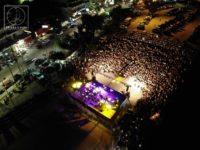Η Φιλαρμονική παίζει μουσική, ο Δημήτρης Μπάσης τραγουδάει και το λιμάνι σε εντυπωσιακό sold out