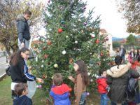 Στολίστηκε Χριστουγεννιάτικα η κεντρική πλατεία του Λουτρού