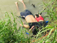 Σοκαριστική φωτογραφία: Πατέρας και κόρη πνίγηκαν αγκαλιά στην προσπάθειά τους να φτάσουν στις ΗΠΑ