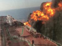 Σοκάρουν οι εικόνες από το φλεγόμενο τάνκερ στον Κόλπο του Ομάν