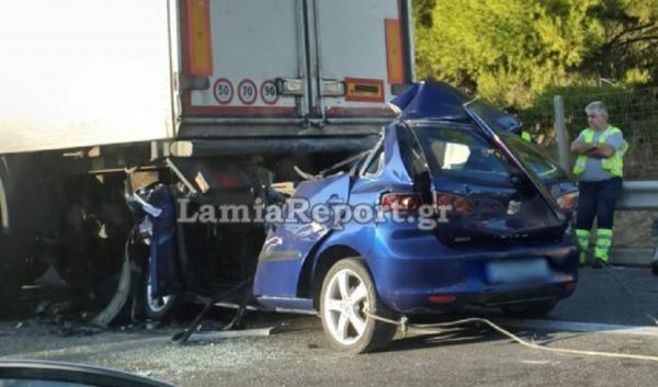 Φρικτό τροχαίο στη Λαμία: Αυτοκίνητο καρφώθηκε στο πίσω μέρος φορτηγού- Νεκρός ο οδηγός
