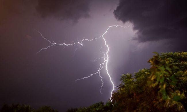 Καιρός: Καταιγίδες, θυελλώδεις άνεμοι και πιθανές χαλαζοπτώσεις στα δυτικά από το μεσημέρι