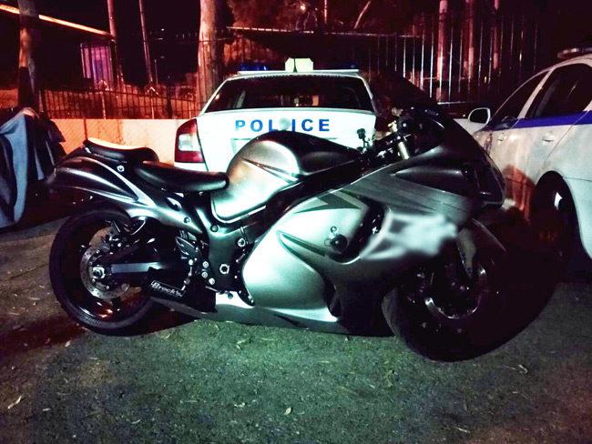 Αυτόφορη σύλληψη και πρόστιμο € 2.440 στο μοτοσικλετιστή που πήγαινε με 200 km/h στο αντίθετο ρεύμα της Βουλιαγμένης