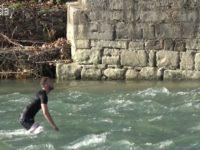 Ένας 20χρονος βούτηξε στα παγωμένα νερά του Αράθχου στο Γεφύρι της Άρτας
