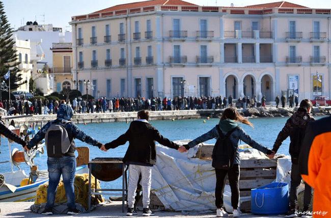 Ανθρώπινη Αλυσίδα κρατάει μακριά τις ανεμογεννήτριες στην Τήνο