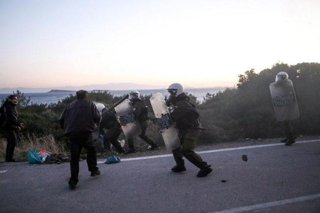 Αποσύρονται δυνάμεις των ΜΑΤ από τη Λέσβο – Πολεμικό σκηνικό στο νησί