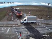 Σοκαριστικό βίντεο με τρένο να παρασύρει φορτηγό