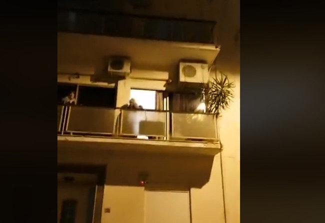 """Κορονοϊός: Γιαγιάδες στην Κυψέλη τραγουδούν """"ο χάρος βγήκε παγανιά"""" στα μπαλκόνια"""