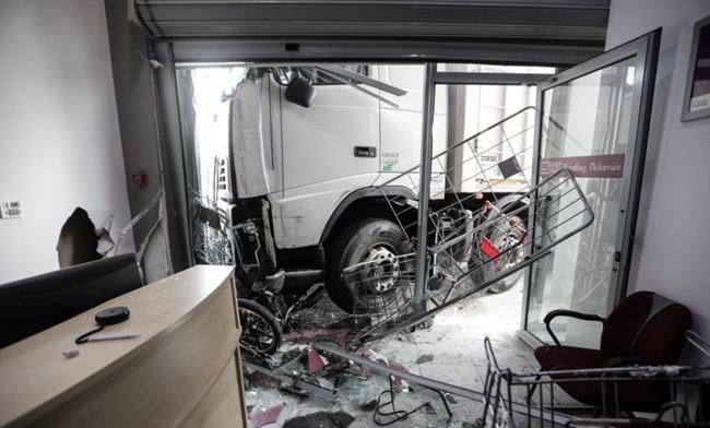 """Νεκρός ο Ηπειρώτης οδηγός – Βίντεο με τη στιγμή που το φορτηγό παρέσυρε αυτοκίνητα και """"καρφώθηκε"""" σε κατάστημα"""