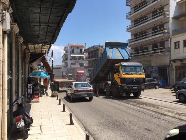 Ξεκίνησαν οι εργασίες αποκατάστασης του οδοστρώματος στην είσοδο της πόλης