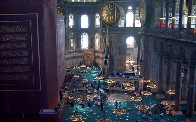 Αγία Σοφία: Εικόνα μέσα και έξω από τον ναό ενώ ο κόσμος συρρέει για την πρώτη μουσουλμανική προσευχή