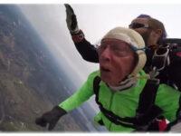 """Έκανε ελεύθερη πτώση στα 103 του χρόνια: """"Δεν περίμενα να ζήσω τόσο"""""""