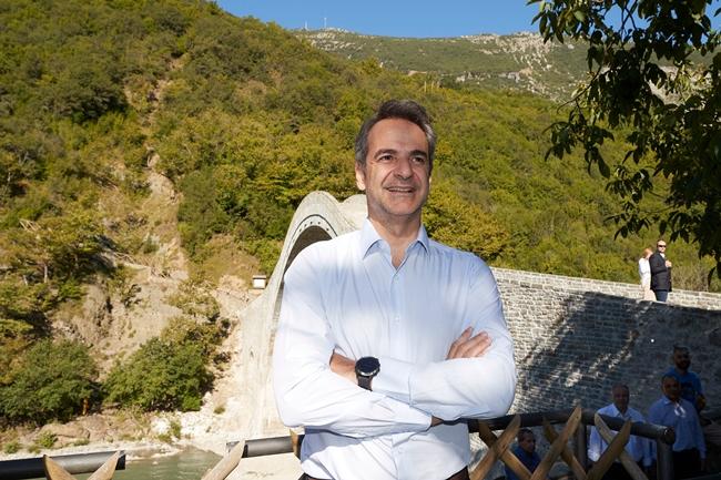 Στο γεφύρι της Πλάκας ο πρωθυπουργός Κυριάκος Μητσοτάκης