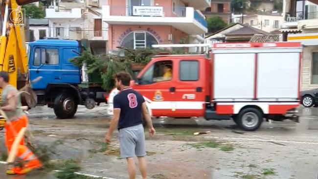 Συνεργείο του Δήμου με τη βοήθεια της Πυροσβεστικής αποκαθιστούν τα πληγέντα σημεία
