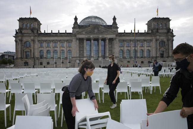 13.000 καρέκλες στο κοινοβούλιο, μία για κάθε πρόσφυγα της Μόριας