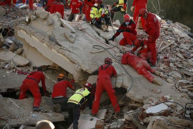 Σμύρνη: Στους 62 οι νεκροί, 940 οι τραυματίες από τον σεισμό