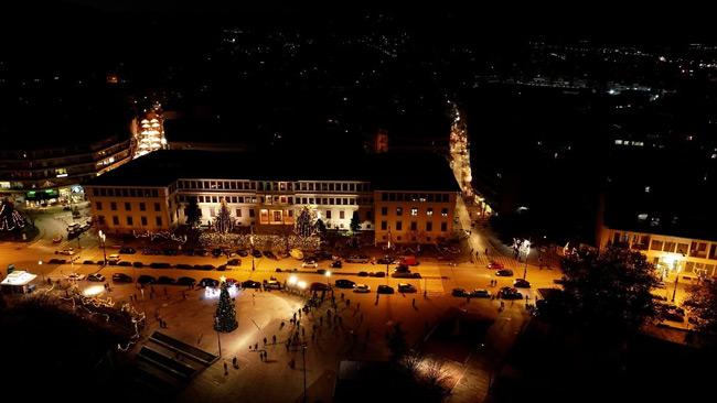 Γιάννενα – Ιδιαίτερη και με συμβολισμούς η φωταγώγηση της κεντρικής πλατείας