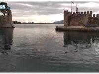 Ιερέας ευλόγησε τα ύδατα στο λιμάνι της Ναυπάκτου .Βίντεο