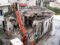 Ξεκίνησαν οι εργασίες κατεδάφισης του ρυμοτομούμενου κτίσματος στο ευρυχώριο του Αγίου Κωνσταντίνου μπροστά από το Μικρό Θέατρο της Αρχαίας Αμβρακίας.