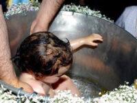 Ρουμανία: Βρέφος πέθανε μετά τη βάπτιση – Μαζεύουν υπογραφές να αλλάξει η τελετή