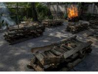 Δράμα χωρίς τέλος στην Ινδία – Ξεμένουν από ξύλα τα κρεματόρια