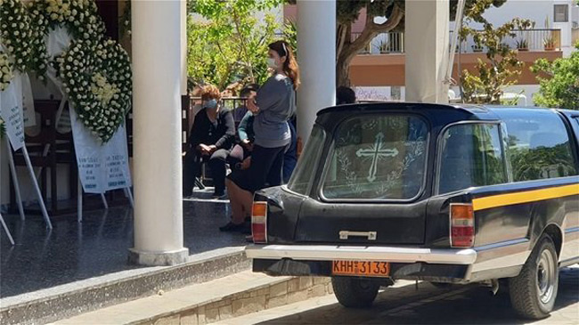 Tραγική φιγούρα ο σύζυγος της Καρολάιν με το μωρό τους στην αγκαλιά για το τελευταίο αντίο