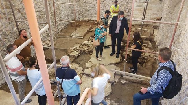 VIDEO – Σπουδαία αρχαιολογικά ευρήματα στα υπόγεια του ιστορικού Δημαρχείου Άρτας