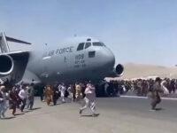 Αφγανιστάν: Άνθρωποι κρέμονται από αεροπλάνο που απογειώνεται για να εγκαταλείψουν την Καμπούλ και πέφτουν στο κενό