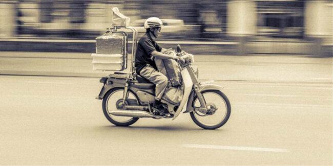 Οι «νέοι με τα μηχανάκια» και το συμπιεσμένο κοινωνικό ελατήριο