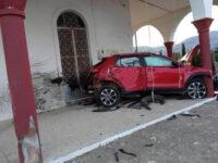 """Αυτοκίνητο """"μπήκε"""" σε εκκλησία – Εικόνες σοκ από το τροχαίο"""